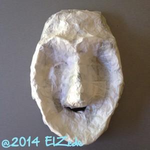 masque bleu recouvert de papier de soie